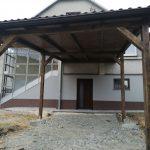 Drevený prístrešok k domu Bardejov s podbitým stropom je možné využiť aj ako prístrešok pre auto,hormax