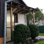 Prístrešok - Stará Ľubovňa, zastrešenie vchodu a prekrytie chodníka, konštrukcia drevené hranoly, krytina je dymový lexan, hormax