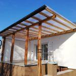 Prekrytie terasy – Michalovce s drevenou konštrukciou kombinovaná s osadením pôvodných trámov. Zastrešenie terasy je plným polykarbonátom,hormax